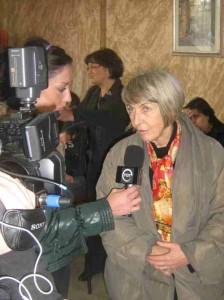 Patrizia Gentilini risponde a Michela Monti durante un'intervista