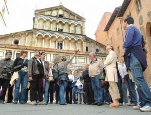 Turisti in piazza Duomo a Pistoia