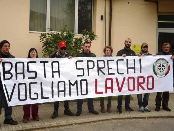 DISOCCUPATI E MILITANTI DI CASAPOUND PROTESTANO AL CENTRO PER L'IMPIEGO DI PISTOIA