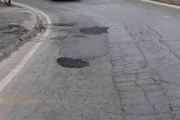 asfaltatura strade. AL VIA I LAVORI DI SISTEMAZIONE DELLE BUCHE