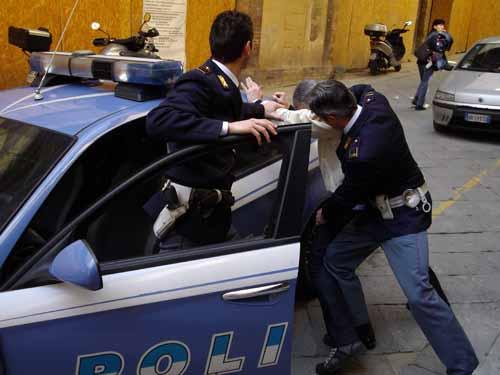 polizia. RUBA UN PAIO DI SCARPE E TENTA DI FUGGIRE