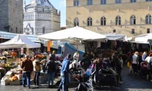 Mercato settimanale in piazza Duomo a Pistoia