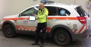 Il dottor Bertocci mostra la cartella clinica informatizzata in dotazione agli equipaggi di emergenza e urgenza
