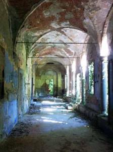 Il porticato abbandonato del convento di San Lorenzo