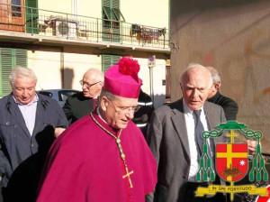 Il Vescovo alla Caritas con Piergiorgio Caselli. Alle spalle don Paolo Tofani e don Paolo Palazzi