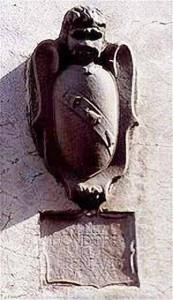 Lo stemma Dondori sulla facciata di villa La Farnia