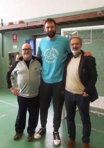 Gek Galanda. Lezione di basket in palestra con il dirigente scolastico Luca Gaggioli