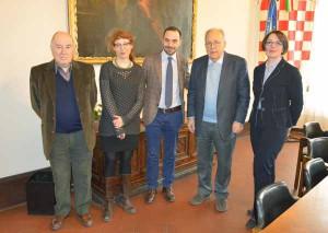 Il Sindaco Samuele Bertinelli (al centro) con i quattro membri del comitato dei garanti: Cipriani, Reinhard, Bardelli e Pagnini