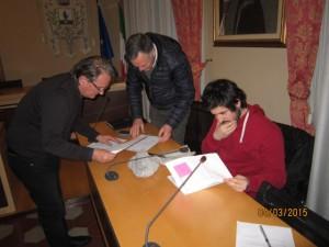 Il Presidente Nerozzi, imbarazzato, sottopone la firma di una liberatoria ai Consiglieri di opposizione Volterrani e Guercini, per la consegna di atti pubblici, come prescritto dalla dott.ssa Santoro?