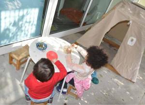 Due bambini giocano in un nido