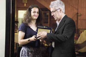 Alice Tortelli premia Benvenuto Caminiti