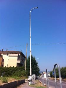 Palo della luce colpito e inclinato in Via Sestini