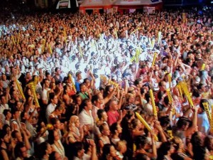 Il mare di folla in piazza del Duomo