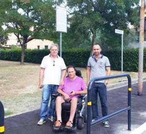 Il Sindaco Lorenzini e l'Assessore Calamai con Davide Lucarelli al parco di via Micca dov'è stato installato il parapetto
