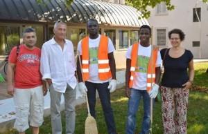Due profughi con i rappresentanti delle cooperative e del Comune