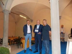 Liviano Zelari premiato da Stefano Morandi e Gilberto Stanghini