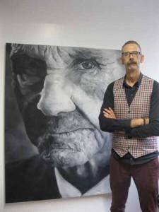 Daniele Capecchi con una delle sue opere