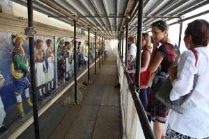 Tanti i turisti che ammirano il restauro del fregio robbiano