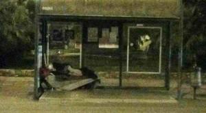 Un senzatetto in piazza della Resistenza