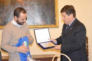 Scambio di omaggi tra il sindaco Bertinelli e il capo delegazione italiano Morgana