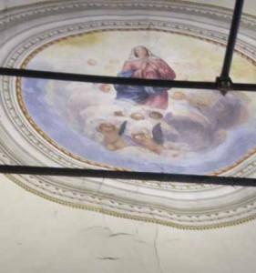 L'interno della chiesa con l'affresco