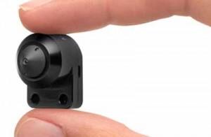 Spiava i clienti con microtelecamere nascoste