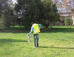 Uno dei volontari al lavoro
