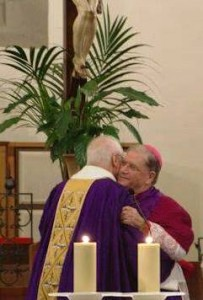 L'abbraccio con monsignor Tardelli