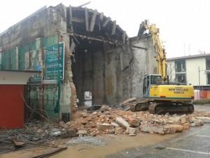 La demolizione dell'ex cinema Moderno