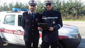 Il comandante Gioni Biagioni con un collega durante i controlli di stamani