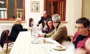 Monsignor Tardelli versa il prosecco ai giornalisti