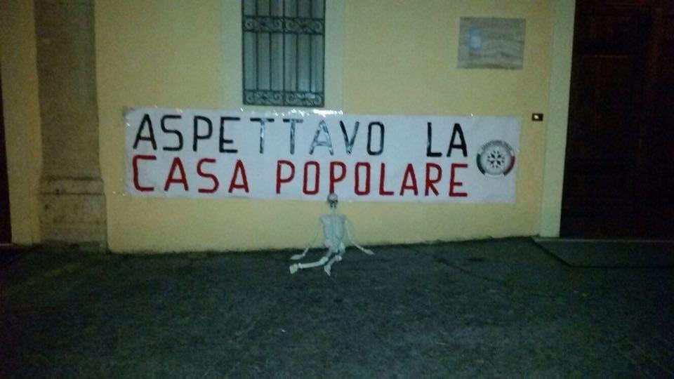"""""""ASPETTAVO LA CASA POPOLARE"""", LO STRISCIONE DI CASAPOUND"""