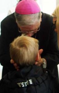 Il Vescovo con un bimbo