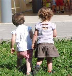 Due bambini al nido