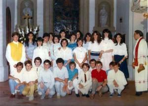 Don Leonardo Giacomelli con un gruppo di bimbi