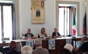 Un momento della presentazione. Gianni Tomazzoni, Alessandra Nesti e Silvia Cormio, Sindaco di San Marcello