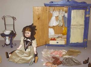 Bambola, armadio e lavamano della collezione privata Famiglia de' Rossi