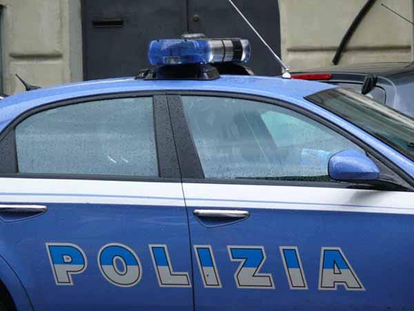 polizia. CONTROLLI IN CENTRO CITTÀ DELLE VOLANTI
