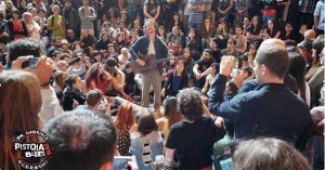 Damien Rice nell'esibizione acustica in piazza Duomo [Gabriele Acerboni]