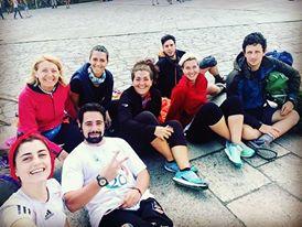 Il gruppo intero seduto davanti la cattedrale di San Giacomo di Compostela