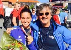 Giulia Gabbrielleschi con la medaglia e il suo tecnico della Nuotatori