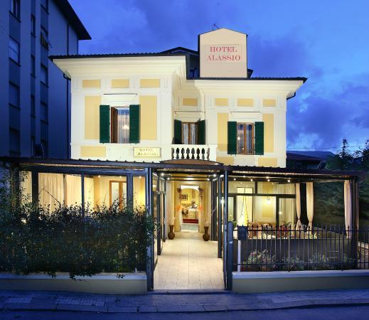 montecatini & armonia tra i popoli.  «INOPPORTUNA LA SCELTA DI QUELL'HOTEL»