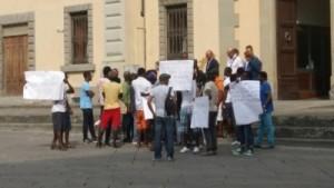 Migranti in protesta davanti la prefettura [foto P. Fortunati]