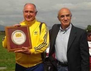 Rosa premiato anni fa dall'Assessore allo sport di Serravalle, Gianfranco Spinelli