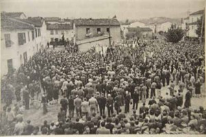 Folla all'orazione funebre