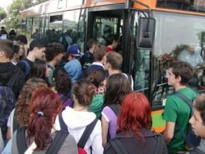 Un pulmann pieno di studenti (foto di repertorio)