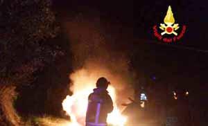 vigili del fuoco. AUTO IN FIAMME IN VIA DI SAN QUIRICO