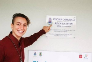 Rachele Bruni indica la targa