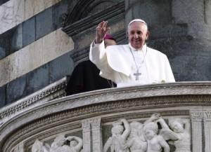 Papa Francesco saluta dal pulpito di Donatello