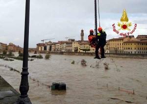 Vigili del Fuoco in azione sull'Arno. 2